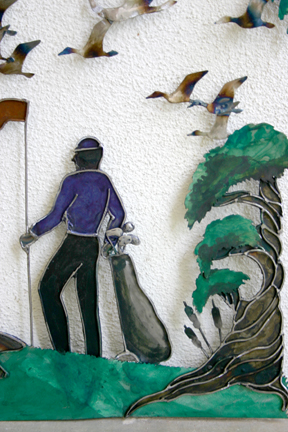 Closer look at the waiting golf partner.